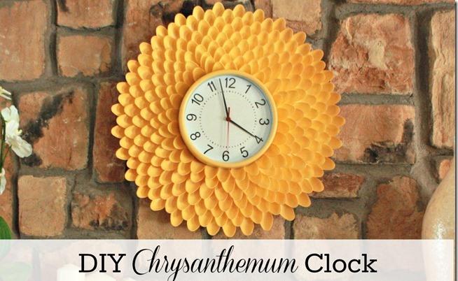Часы «Хризантема» из пластиковых ложекЧасы «Хризантема» из пластиковых ложек