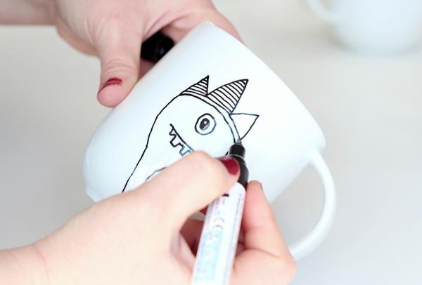 Как украсить кружку с помощью маркера