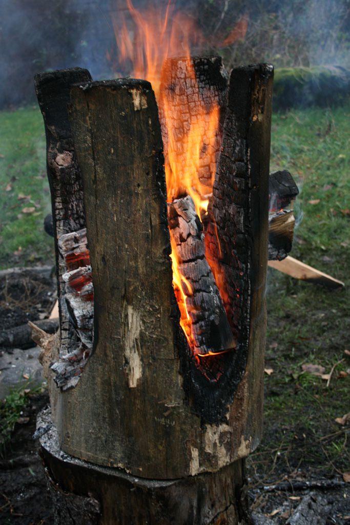 Восхождение пламени. Деревянные табуреты из поленьев