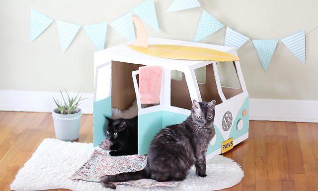 Домик для кошки в виде автомобиля