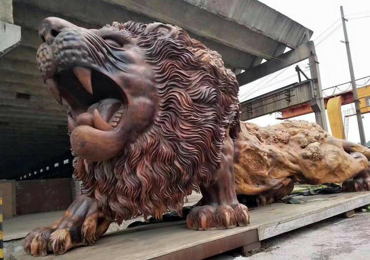 Гигантский лев, вырезанный из единого ствола дерева
