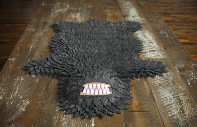 Если вы любите животных и не имеете желания ложить на пол шкуру мертвого медведя, то этот коврик, сделанный своими руками, прекрасно подойдет к вашему интерьеру. Он сделан из множества одинаковых кусочков в виде лепестков. Белые или серые монстры с большими острыми зубами теперь могут украсить ваш паркет.