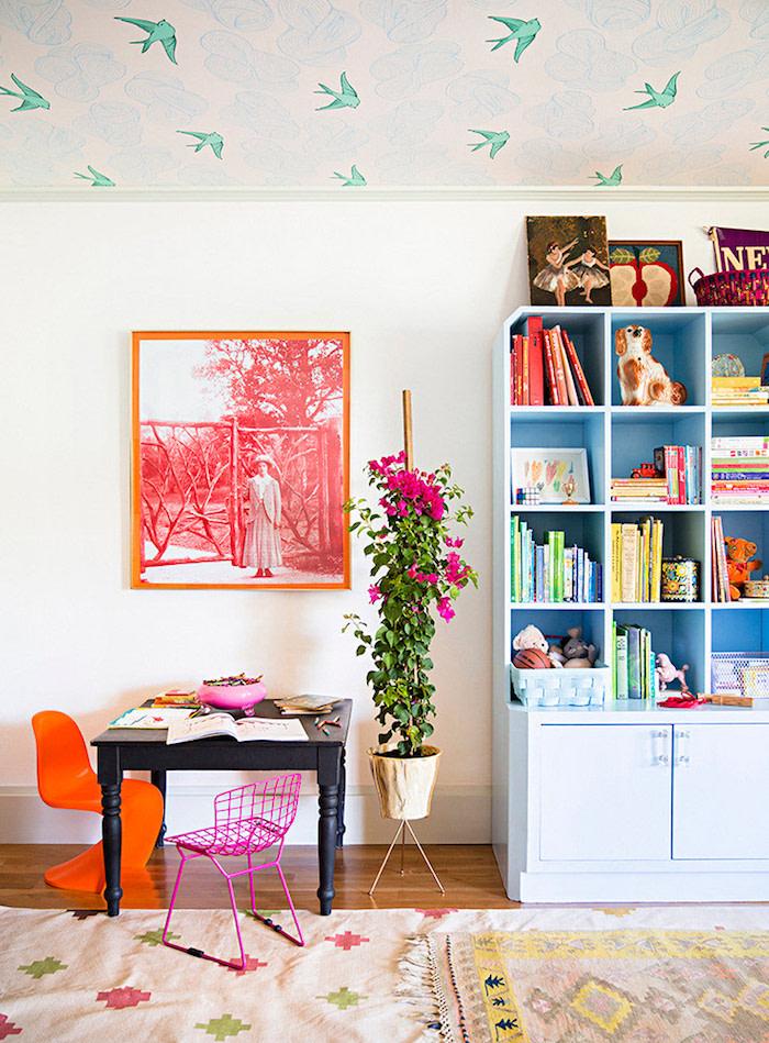 7 Вещей, о которых стоит знать перед поклейкой обоев на потолок