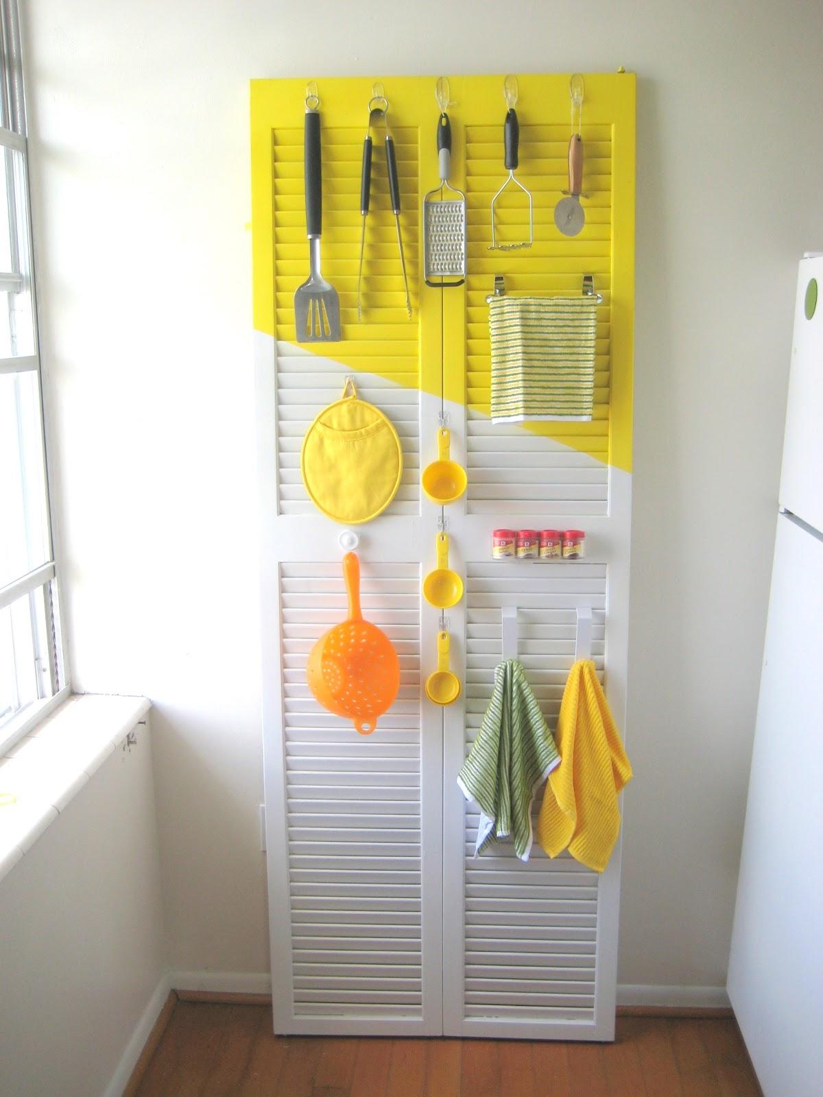 Органайзер из двери для крошечной кухни