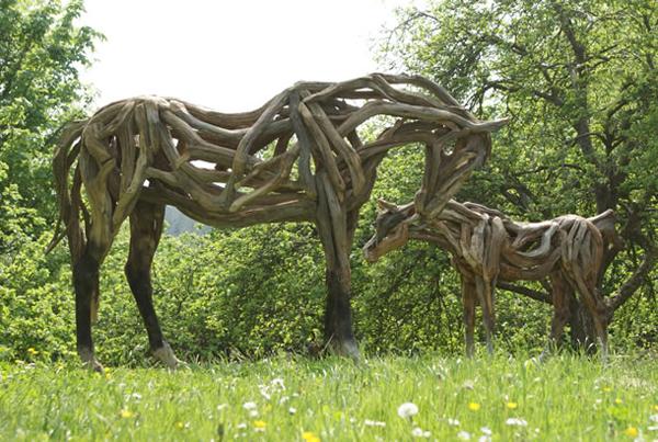 Скульптуры лошадей из дерева
