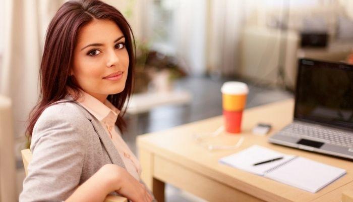 Девушка на роботе пьет кофе