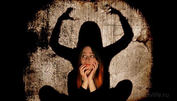 Девушка боится, тени, страх, фобия