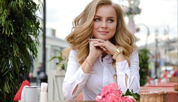 Красивая женщина сидит в кафе