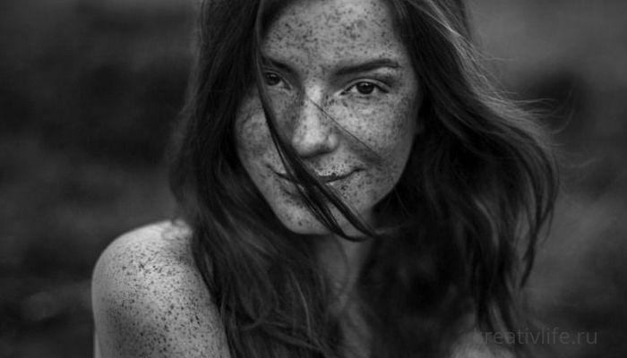 Красивый портрет девушка с веснушками фото эмоций