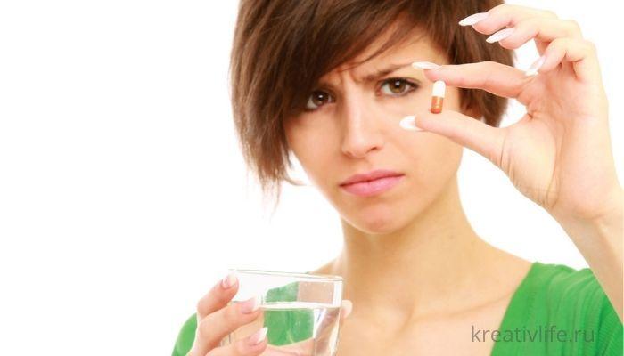 Девушка пьет таблетки витамины