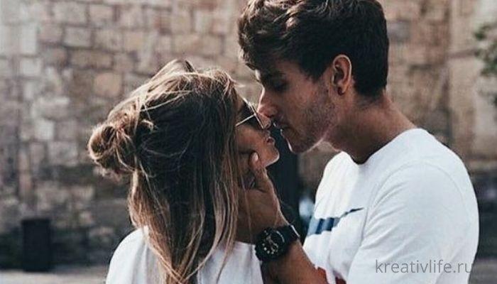 Парень и девушка: красивый поцелуй