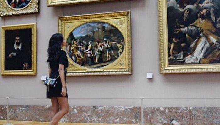 Девушка в музее ценитель искусства