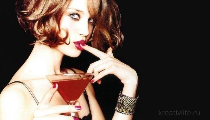Девушка пьет красивый коктейль